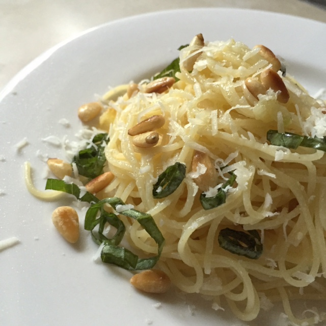 lemon garlic spaghetti with basil, parmesan, and pine nuts | via she likes to eat